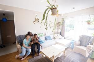 Caroline och Oscar King med dottern Ima har stor nytta och glädje av den gemenskap det ger att bo i ett kollektiv.