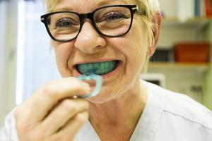 Mary Hägg har forskat kring orofacial medicin i många år. Sedan förra våren produceras en munskärm hon tagit fram, som kan hjälpa personer med ät- och sväljsvårigheter.