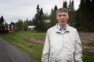 Kjell Larsson säger själv att han jobbar som dräng hos sin bror, hjälper till i ladugården och med andra sysslor som förekommer på gården.