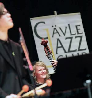 TRETTONDAGSJAZZEN. 17-åriga Gävletjejen Felisia Westberg belönades med Gävle JazzClubs och Gävle konserthus ungdomsstipendium för sin talang som basist.