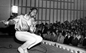 Emile Ford i Hedemoraparken den 1 juli 1964. Det blev ett 35-      -minutersuppträdande inför cirka 1 500 entusiastiska åhörare. The Checkmates kompade och bland annat framfördes When The Saints Go Marching In,Don't Be Cruel och Buona Sera. Foto: Leif Forslund
