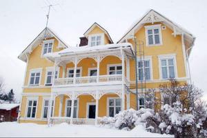 Toboholm Fastigheter AB verkar föredra pampiga sekelskifteshus. Detta hus finns på Spårvägen 6 i Bräcke. Husägaren befinner sig, enligt uppgift, i Egypten.