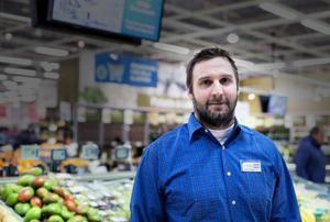 Thomas Ljungberg, butikschef på Coop, mister snart sin granne Systembolaget till Ica Kvantum, där ägaren Johan Svensson ser fram emot ett ökat flöde av kunder.