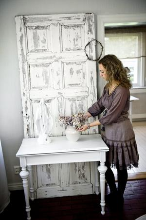 Vid den här gamla slitna dörren fotograferar Annicas man ofta saker som ska läggas på Annicas blogg eller webbutik. Dörren är en gåva av goda vänner.
