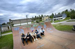 Skaterampen vid fotbollsplanen i Järbo har blivit en samlingspunkt för både skejtare och andra. Marcus Birgersson, David Källström, Tobias Rommedahl, Fredrik Bergqvist och Kristoffer Nyström gillar rampen, trots att den är lite sliten. Men nu hotas den av klagande grannar.