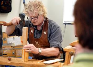 """Jögge """"Surolle"""" Sundqvist visade först hur det skulle gå till, sedan fick deltagarna prova."""