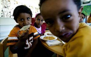 Bender Abdulsalam, Erkan Aijsa och Ferdos Abdulsalam äter frukost.