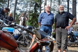 Gemensamt intresse. Ingvar Johansson och Ingvar Boo gillar båda moppar, men det är bara en av dem som ska köra rallyt. - Jag går mest hit för att prata med folk, säger Ingvar Johansson.