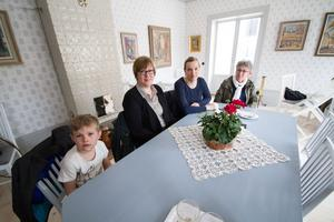 Hugo Dennerås, 7 år, med Stina Dennerås, trea från vänster, och Birgitta Jansson, längst till höger, hade rest från Västerås till invigningen av Elsas. Elisabeth Zåbel, tvåa från vänster, bor strax utanför Norrköping men brukar besöka Elsas på somrarna.