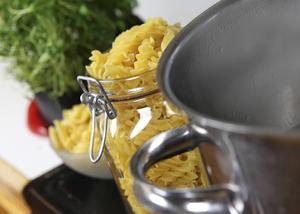 Pasta ska kokas kraftfullt i stor kastrull med välsaltat vatten. Den ska tippas upp i durkslag för att rinna av, därefter slås tillbaka i kastrullen och kryddas med smör eller olja och svartpeppar.    Foto: Dan Strandqvist