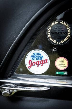 Klistermärken med stort nostalgivärde pryder bilen.