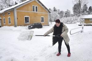 Catarina Lindström och hennes grannar vid husen på Skolvägen i Tobo får själva skotta snö, då hyresvärdens snörröjning inte är den bästa.