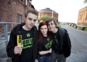 Många ungdomar var själva med och hjälpte till med arrangemanget. Tobias Åhs, Ida Wallin och Jonathan Eriksson stod vid insläppet och kollade nykterheten.