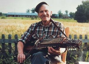 PIONJÄR. Lantbrukaren och riksspelmannen Eric Sahlström utvecklade nyckelharpan och såg till att traditionen levde vidare. I såväl Tobo som Uppsala uppmärksammas nu att han skulle ha fyllt 100 år 2012.