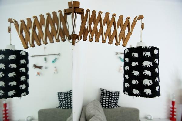 Dragspelslampan har en skärm av elefantmönstrat Svenskt tenn-tyg, ett mönster som återkommer på flera ställen i lägenheten.