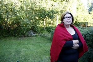 """Gun-Britt Lundins svårt demenssjuka mamma har glömts bort av hemtjänsten och lämnats ensam, vid minst två tillfällen bara i år. """"Hon hade kunnat sätta eld på lägenheten, skruvat på spisplattorna, sätta på alla kranar eller gjort sig illa. Jag tycker att de borde skämmas"""", säger Gun-Britt Lundin."""