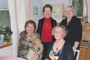Pirjo Tanttula, 71, med hunden Maja i famnen, Cate Larsson, 73, Marjatta Dahl, 67, och Kyllikki Nilsson, 70+, (längst fram till höger), har alla jobbat på Klippan. De startade syjuntan Humlan som fortfarande håller i gång efter snart 50 år.