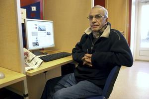 Nyhetsintresserad. Hossein Rezaei kommer ofta till biblioteket för att läsa nyheter på flera språk och han tycker mycket om att läsa böcker, gärna faktaböcker. Foto: Veronica Svensson