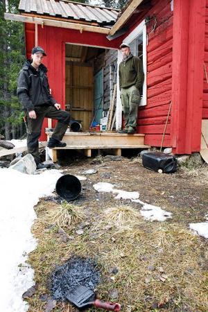André och Sten Dahlin visar förödelsen efter att de fått besök av en björn i farstun till stugan vid Öjbäckbodarna mellan Gisselås och Yxskaftkälen. Björnen har varit framme och rivit omkring med hinkar och penslar med tjära, dunkar och rivit ner räcket på bron bland annat.