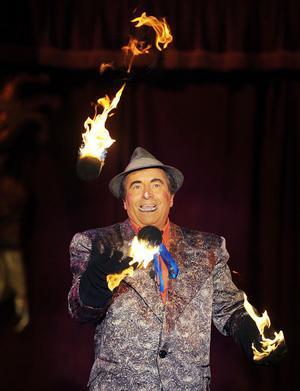 Clownen spexade flitigt. Här jonglerar han med brinnande kol.