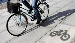 Att cykla istället för att ta bilen är ett sätt att spara på jordens resurser.