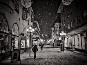December: Östersunds paradgata under de sista skälvande julhandelsdagarna.