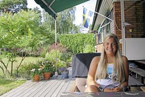 Julia Hultbergs favoritplats i Västerås är hemma i trädgården på Bjurhovda.