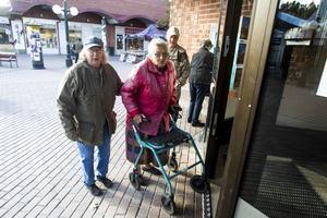 Solveig Bergner och Inger Larsson tycker inte att bankerna tar sitt ansvar. De menar att de inte bryr sig om de äldre. Om kontanthanteringen försvinner vet inte Inger Larsson hur hon ska klara sig.