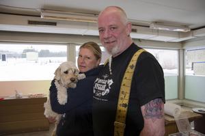 Jessica och Bill Gillen, här med hunden Kompis.