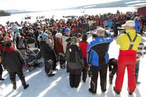 400 fiskare lockades till Åkersjöns pimpeltävling på påskafton. Här står många av dem i väntan på prisutdelning.