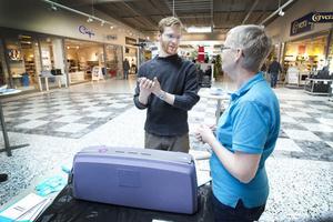 Linus Hasselrot testade att gnida in händerna med handsprit och sen kolla resultatet i landstingets UV-lampa.– Han får godkänt, speciellt med tanke på att han inte är vårdpersonal, säger hygiensjuksköterska Karin Medin.