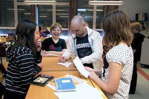 Kuben fick även skriva autografer till barnen. Här är det Alice, Edvin och Olivia i klass fem som får autografer.