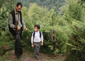 """Naturens grepp. Far och son i den stämningsmättade turkiska filmen """"Honung""""."""