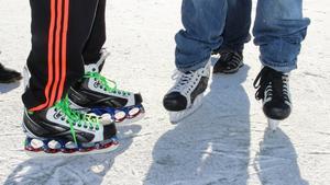 Andrew Tigau använder speciella skridskor med väldigt smal skena. Orixis Jay använder vanliga hockeyrör.