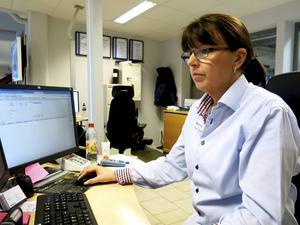 Sane Suominen arbetar vid kundmottagningen hos Bilmetro. Ett jobb hon fått tack vare att hon besökt utbildningschansen.