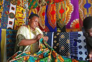 I många mindre städer sitter det sömmerskor längs med gatorna eller i små krypin, många syr i de typiska östafrikanska tygerna kanga och kitenge.    Foto: Sofia Hallonsten