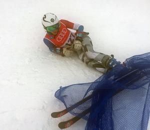 Anton Rösnäs bromsade verkligen inte under sitt storslalomåk. Han höll farten även genom målfållan och nätet som avskärmar.