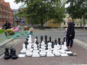 Mona Modin Tjulin spelade megaschack med döttrarna Simone och Sara. Sara har lärt sig spela schack på skolan och lärde ut hur det går till.