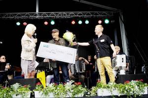 2010 års SKAPA-stipendiat Sven Wadman med Fermacc fick ta emot en prischeck på 10 000 kronor av Eva Högdahl, vd på Almi Företagspartner Mitt.