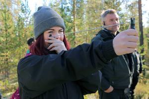 Mathilda Hedälv, Sonfjällsskolan, mäter virkesbeståndet vid en av stationerna som fanns under skogsdagen