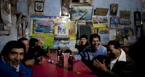 På baren i La Quebrada samlas lokalbefoklningen.