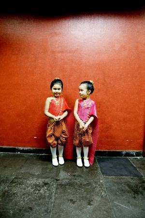 FINA. Syskonen Malin och Isabelle Westerdahl är klädda i en kunglig thailändsk folkdräkt.