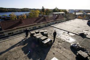 Leif Larsson och Johanna Barsk jobbar med att hacka lös frigolitskivorna och städa på taket som ska få en helt ny beläggning.