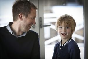 Graham är Charlies stora förebild men han är inte imponerad av hur pappa pratar svenska. Då skrattar Charlie bara.