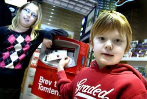 till tomten. Syskonen Ebba och Joel Eriksson, 10 och 7 år, brukar skicka önskningar till Tomten. Joel önskar sig en radiostyrd pansarvagn med rökskott och tror att han kommer att få det, men är osäker på var Tomten bor.