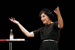Nisti Stêrk underhöll i går Östersundspubliken med den föreställning/föreläsning/stand-up show hon själv kallar för Carpe Diem, fånga dagen. Med sin humor, energi och värme bjöd hon publiken på en underhållande timme.