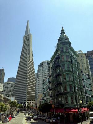 San Francisco har många sevärdheter att bjuda på. I bakgrunden Transamerikanska pyramiden och närmast Phelan byggnaden.   Foto: Emeli Emanuelson