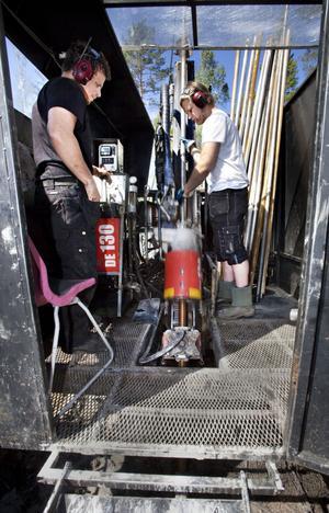 Johan Andersson och Joakim Nessling sköter borrmaskinen som arbetar för fullt.