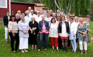 De gick ut nian i Stugun 1970. Nu har de åter träffats för fjärde gången! Bland lärarna 1970 fanns Elon Hermansson, Göran Boström, Torsten Näslund, David Lindberg, Stina Eliasson, Anders Nyström, Solweig Nielsen, Ingrid Palm, Ulf Lögdahl och Henry Ydringer. Från vänster i den nedre bilddelen: Maj-Lis Hyttsten, Sixten Persson, Berit Backman (Lindström), Ann-Christin Jansson (Olofsson), Sonja Nilsson, Britt-Marie Arcangeli (Holmlund) Barbro Skalman (Henriksson), Eva Viklund och Kerstin M Karlsson. I mellanraden från vänster: Solveig Nilsson, Helene Jonze (Engström) Christin Torp (Sahlin) Ann-Christin Wasell (Ståhl), Staffan Edler, Staffan Larsson, Kjell Olofsson, Leif Lindström, Urban Henriksson, Siw Lundqvist (Palmqvist), Ingegerd Fryklund och Kerstin A Karlsson. Längst bak från vänster: Folke Sundin, Göran Stuguland, Anders Jonsson, Thommy Lehrgrafen (Magnusson) och Mats Jansson.