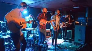 Energiska The Bland gav dansmusiken ett nytt ansikte på O'Learys i lördagskväll.